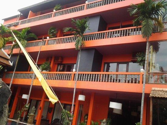 Golden Temple Hotel: facade cote piscine