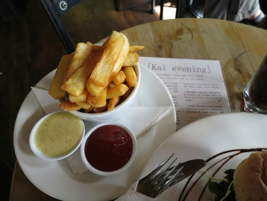 Kai Whakapai Cafe and Bar: The chips were so good especially with the dipping sauces