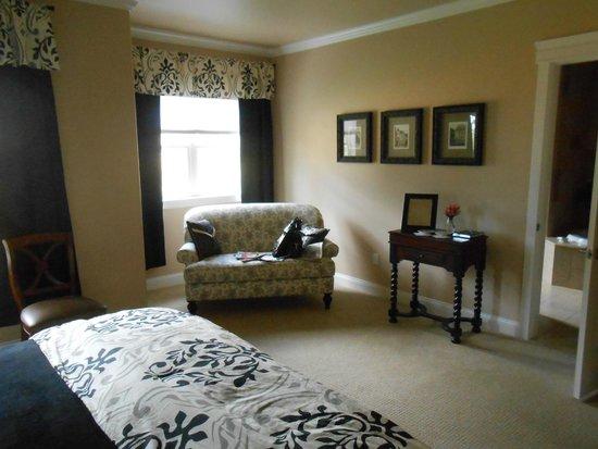 Summer Creek Inn: Suite #3 Sitting Area