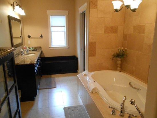 Summer Creek Inn: Suite #3 Bath Room