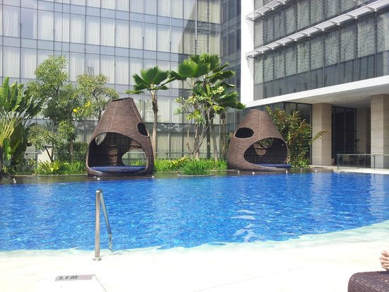 Hilton Bandung: A relaxing and fun Pool