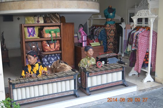 The Phoenix Hotel Yogyakarta - MGallery Collection : the local band plays music at breakfast