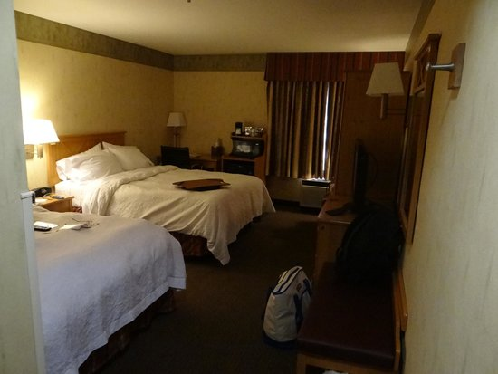 Country Inn & Suites By Carlson, Flagstaff: Bedroom, frig., microwave, desk