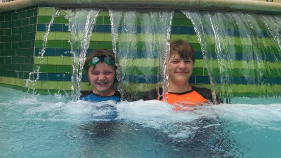 Courtyard Houma: waterfall in the pool :)
