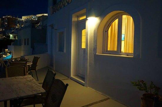 Hotel Keti: 我們的房間,燈開著