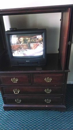 Red Carpet Inn Point Pleasant: Itty bitty television in a stand made for a bigger tv.