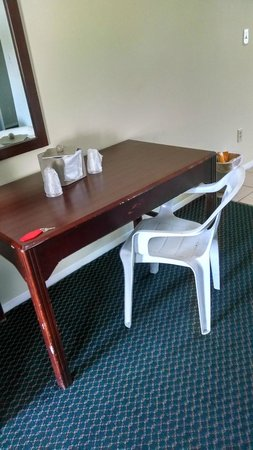 Red Carpet Inn Point Pleasant: Dirty white resin outdoor chair was the desk chair.