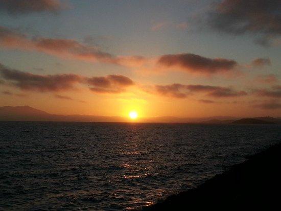 DoubleTree by Hilton Berkeley Marina: San Francisco Bay sunset Cesar Chavez Park adjacent to hotel