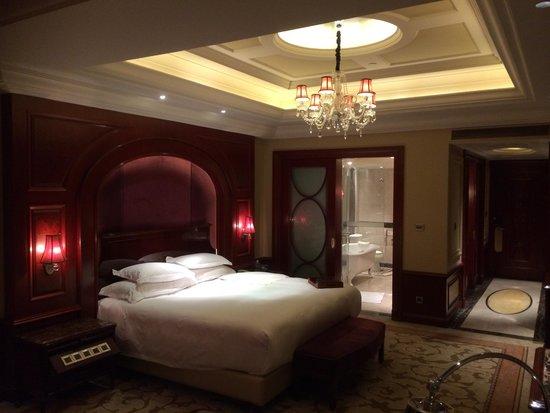 InterContinental Shanghai Ruijin: Another view of the bedroom