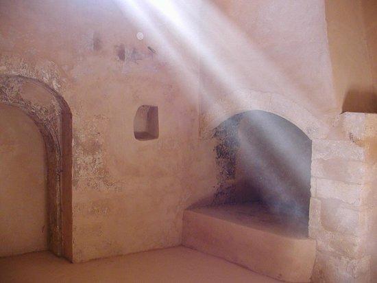 Sacred Monastery of Arkadi : Φως από ψηλά στα πετρόχτιστα κελιά