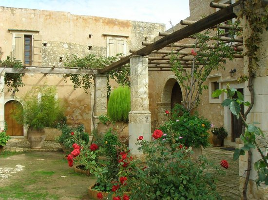 Sacred Monastery of Arkadi : Όμορφα λουδούδια παντού.