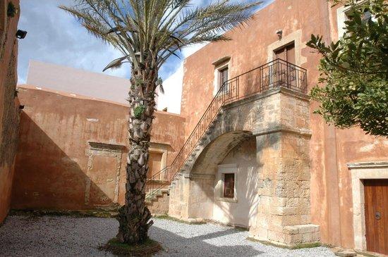 Sacred Monastery of Arkadi: Φοίνικας στην εσωτερική αυλή της Ιστορικής Τράπεζας