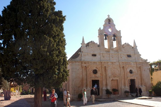 Sacred Monastery of Arkadi : Ο κεντρικός ναός δίπλα στα υπερ-αιωνόβια κυπαρίσσια
