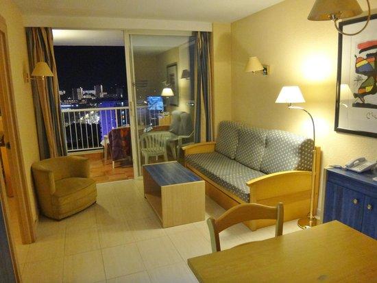 God stue med spisebord og hyggekrog. - Picture of Apartamentos ...
