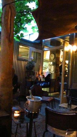 Bistro Flores: Innenhof mit Blick zum Restaurant und den offenen Kochbereich