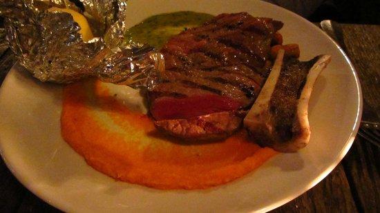 Bistro Flores: Das Steak - perfekt gebraten und ansprechend serviert