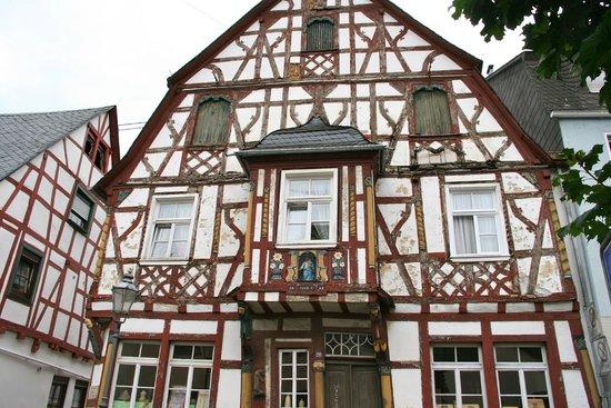 Marktplatz mit Ochsenbrunnen: colombages peints