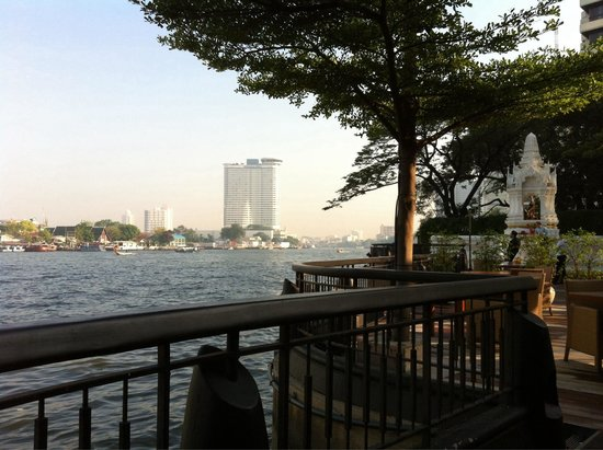 NEXT2 Cafe: Breakfast next to the embankment.