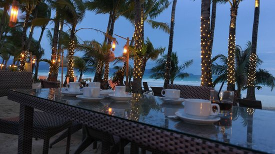 Ambassador in Paradise Resort: outside dining by the beach