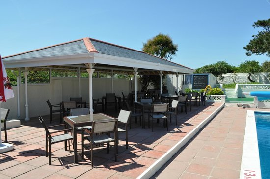 Saints Bay Hotel: Alfresco eating at pool site