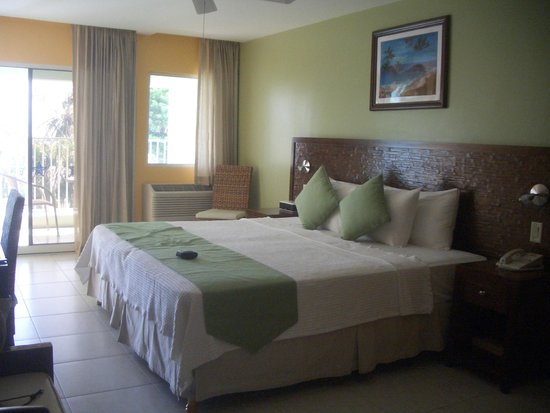 Coconut Court Beach Hotel: Our room and its massive bed!