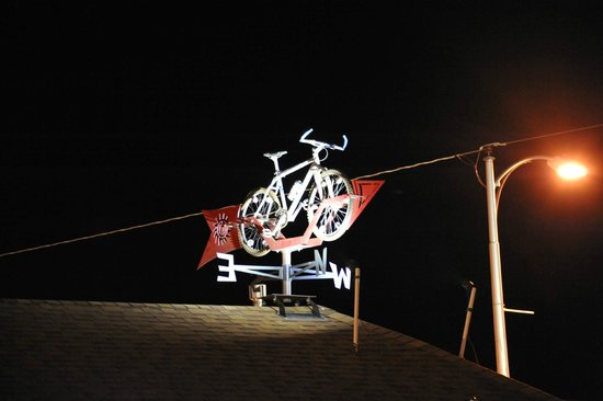 Inca Inn : The random bike on the roof