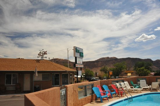 Inca Inn: The sign and the view