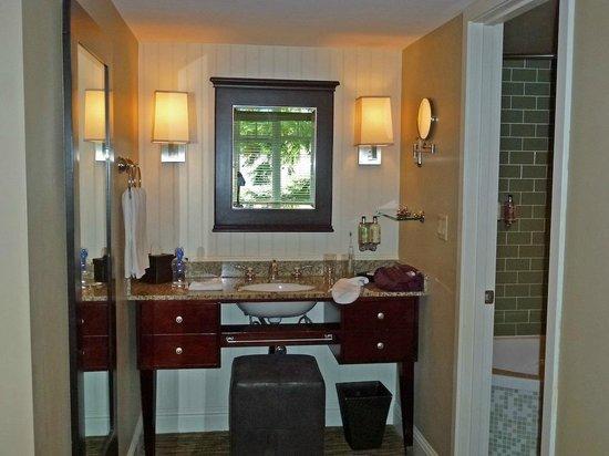 Alderbrook Resort & Spa: Room vanity