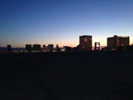 Holiday Inn Express Las Vegas South: Вид с парковки