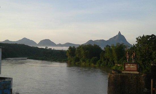 Lahat, Indonésia: Sungai Lematang Berlatar Bukit Serelo