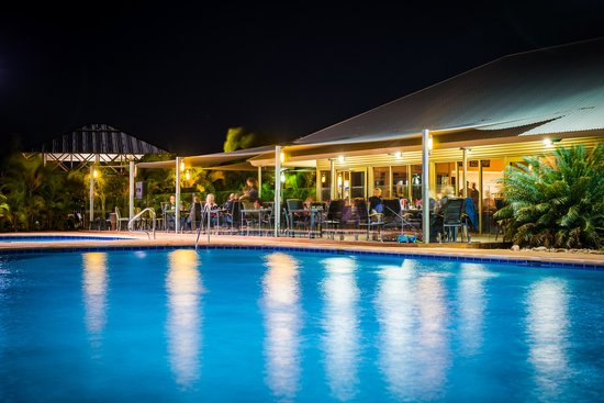 Whalers Restaurant: Tropical poolside dining