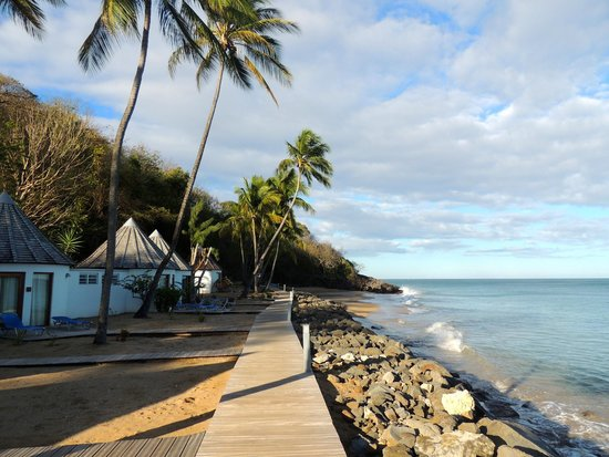 Langley Resort Hotel Fort Royal Guadeloupe : bungalows next to hidden beach