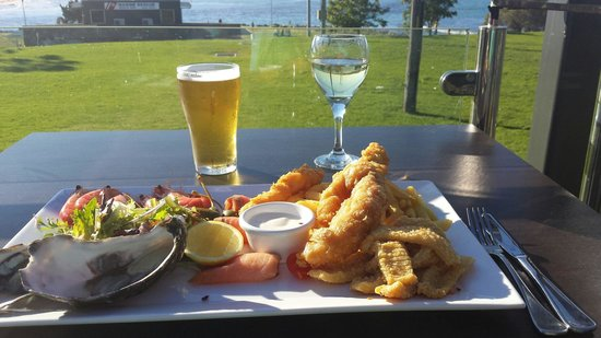 The Huskisson: Lunch on a sunny winter's day.