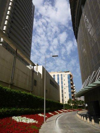 BurJuman Arjaan by Rotana - Dubai: Entrance road to the hotel