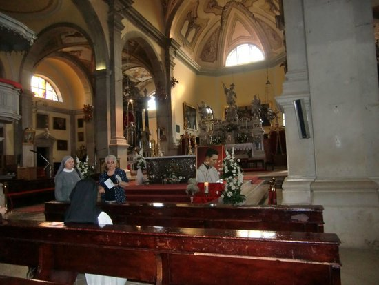 Saint Euphemia Cathedral: Inne i kyrkan