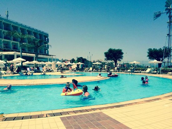 Pernera Beach Hotel: poolside