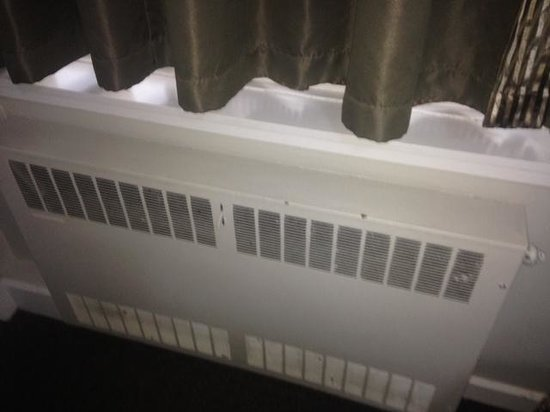 Kiwi International Hotel: A useless accessory - the broken heater