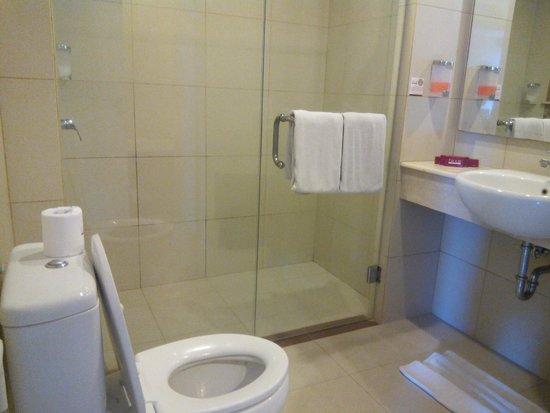 Crystal Kuta Hotel : suite room dengan shower terpisah dari bathup jd kamar mandi