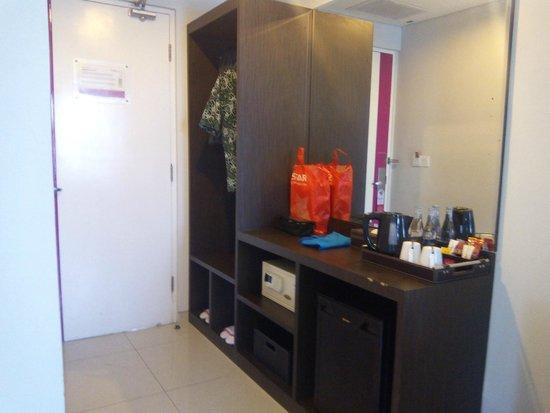 Crystal Kuta Hotel : Kelengkapan deposit box, kulkas, free minibar, mineral water