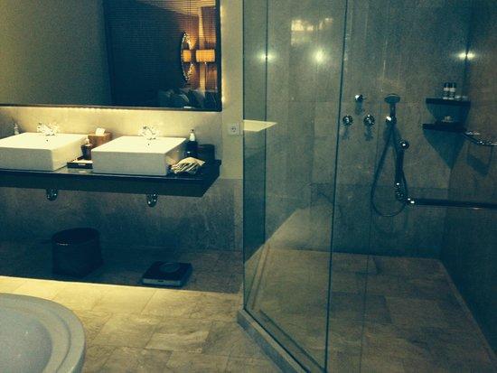 Komaneka at Rasa Sayang: bathroom, room 2305