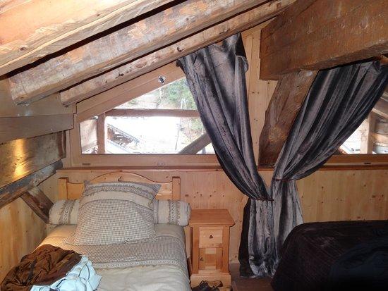 La Grange à Germaine Chalet Hôtel & Sp : Petite chambre sous toit (la grange à germaine) vue côté Jacuzzi
