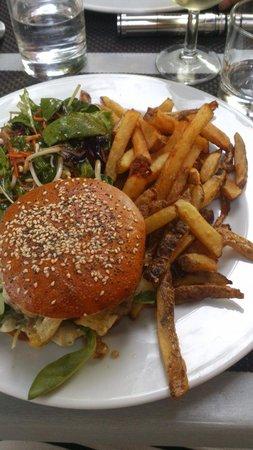 Brasserie du chateau : Hamburger au bleu et frites maison