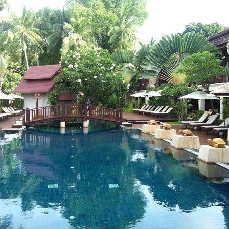 Chaweng Regent Beach Resort: pool side bar