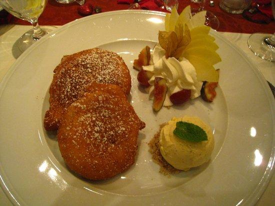 Schindlerhof: Nachspeise: eine großzügige Portion Apfelküchle mit Vanilleeis und Sahne
