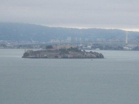 Golden Gate Bridge : Udsigten fra broen, viser også Alcatraz.