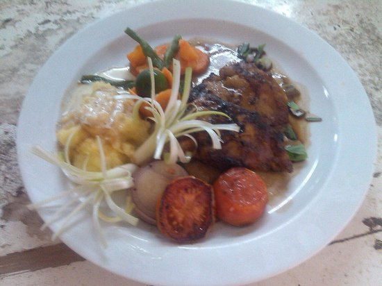 Full Moon Restaurant: Grilled fillet of chicken demi glazed/ mashed potato. Blancs vegetable