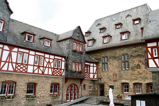 Burg Stahleck: Colombages peints cour intérieure