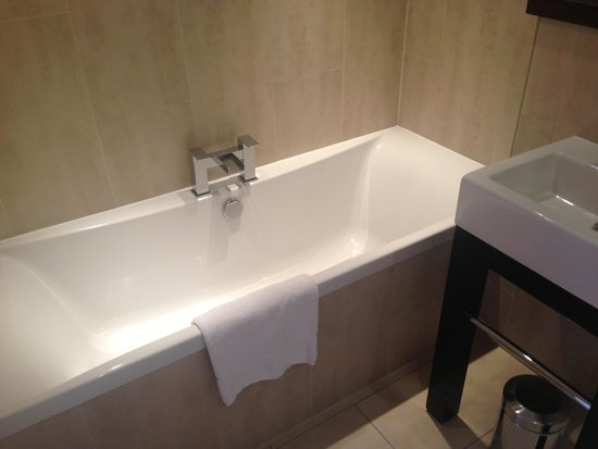 Stanwell House Hotel: Garden suite bathroom.