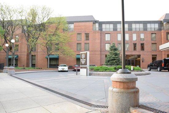 Sheraton Philadelphia Society Hill Hotel: Exterior of hotel