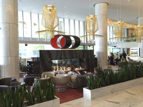 Fairmont Pacific Rim: Gorgeous lobby bar